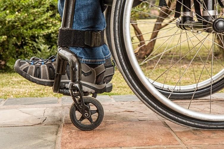 Beine im Rollstuhl