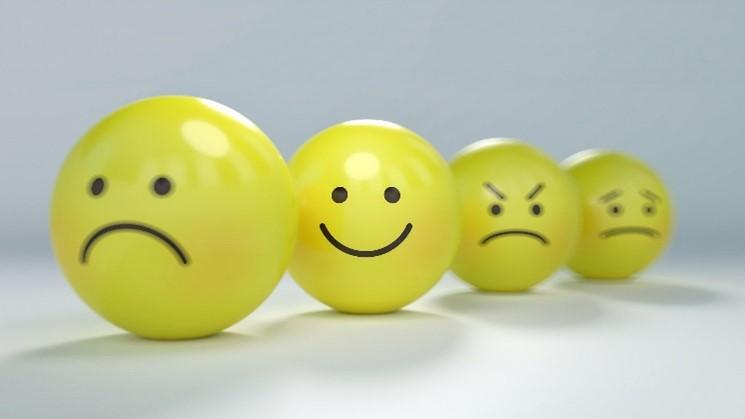 Ein glücklicher Smiley inmitten lauter schlecht gelaunter Smileys
